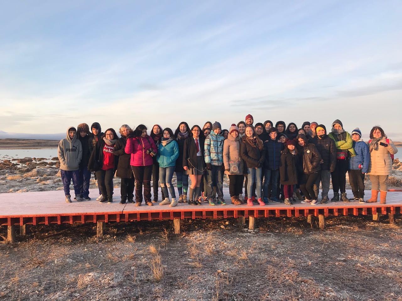 Alumnos de carrera de turismo dieron tour a estudiantes asistentes a la Feria científica.
